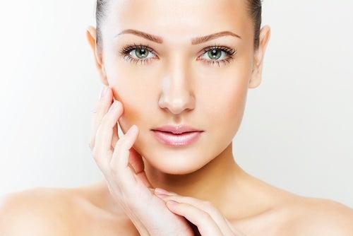 Mujer con la piel del rostro tersa gracias al ácido hialurónico