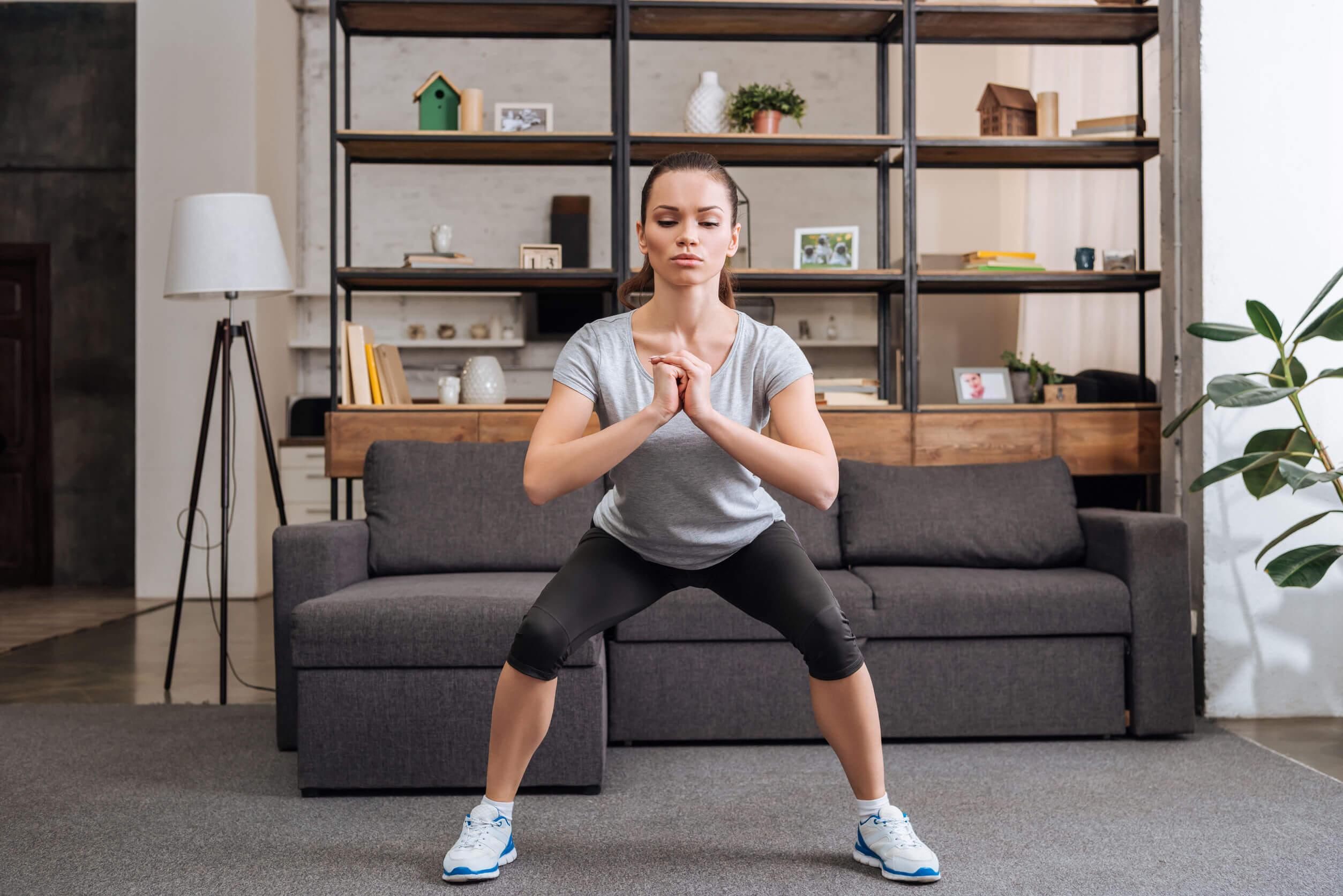 Los ejercicios de sentadillas se pueden hacer en casa