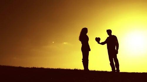 hombre-dando-su-corazón-a-una-mujer