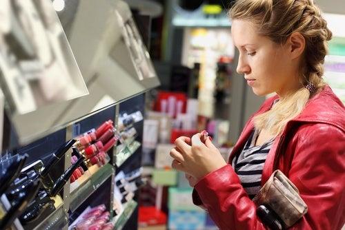 Cómo reducir el riesgo de los cosméticos dañinos