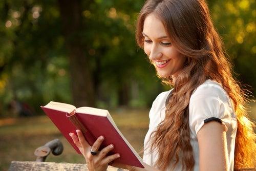 Mujer leyendo un libro a solas.