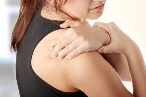 Cómo tratar los dolores en los hombros