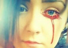 joven sangra por los ojos