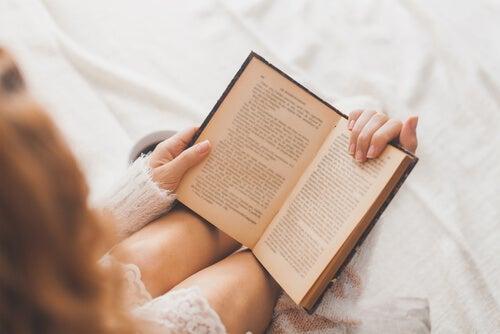 Leer un libro.