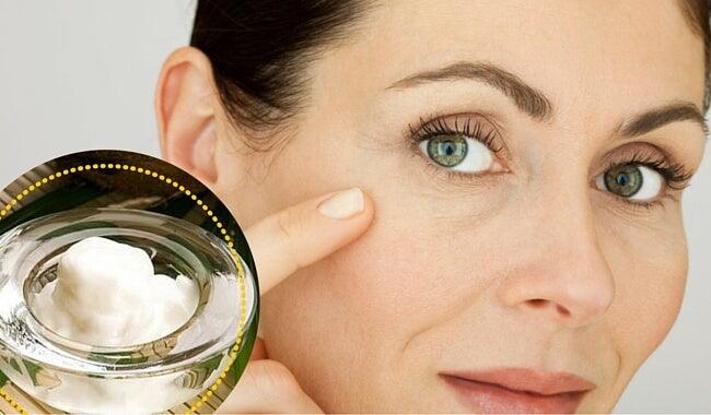Limpia tu rostro con aceite de coco para mejorar su aspecto