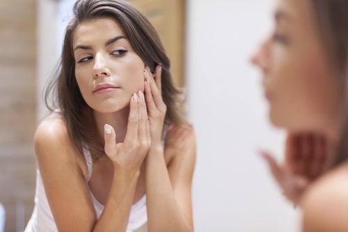 El aceite de coco es ideal para limpiar el rostro.