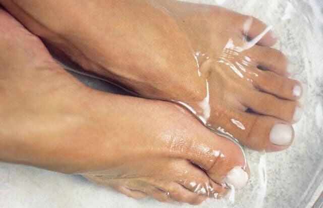 agua con sal para la uña encarnada