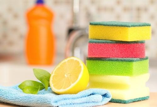 Limón y estropajos para limpiar