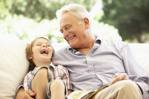 Un abuelo es un tesoro con cabellos de plata.