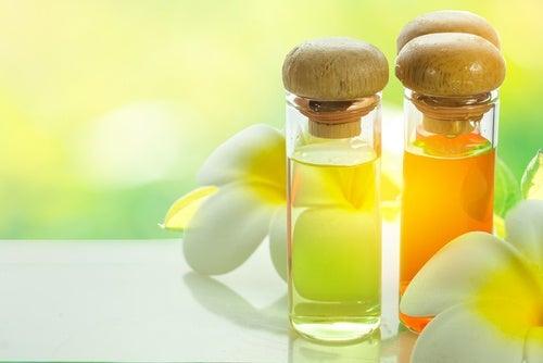 La máscara para los cabellos la yema la vitamina y el aceite de oliva