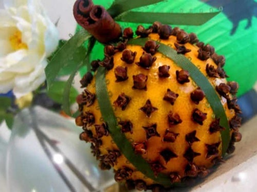 Naranja aromatizada con clavos.