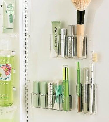 Utilizar contenedores de almacenamiento es una forma de mantener el baño limpio y ordenado