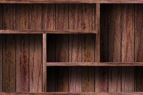 Las cajas de madera pueden convertirse en una estantería improvisada.