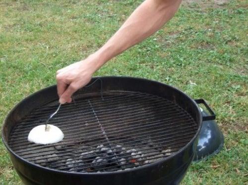 La-cebolla-ayuda-a-eliminar-los-restos-de-suciedad-en-parrillas-y-sartenes.