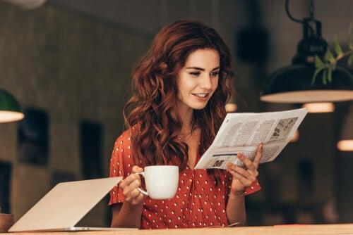 Chica leyendo el periódico.