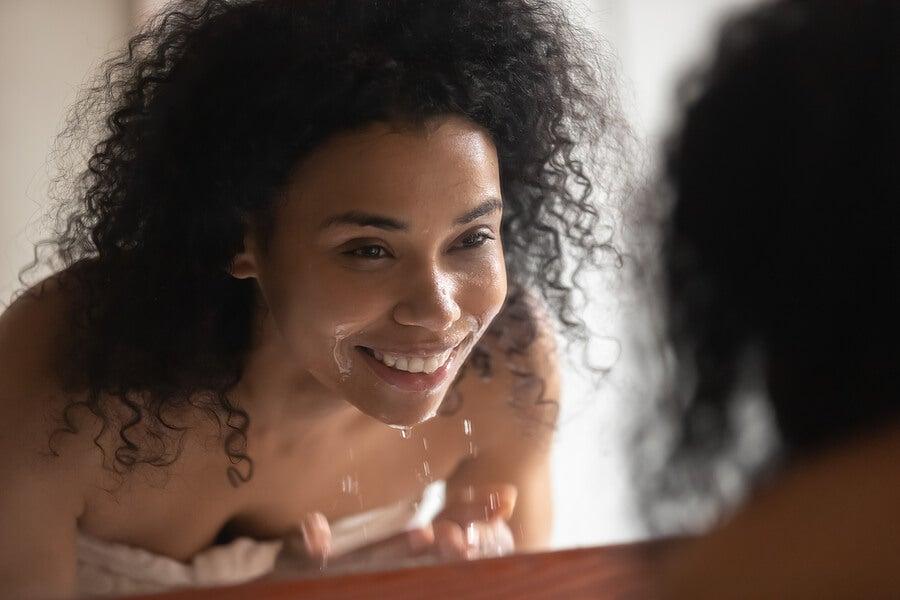 Mulher lavando o rosto