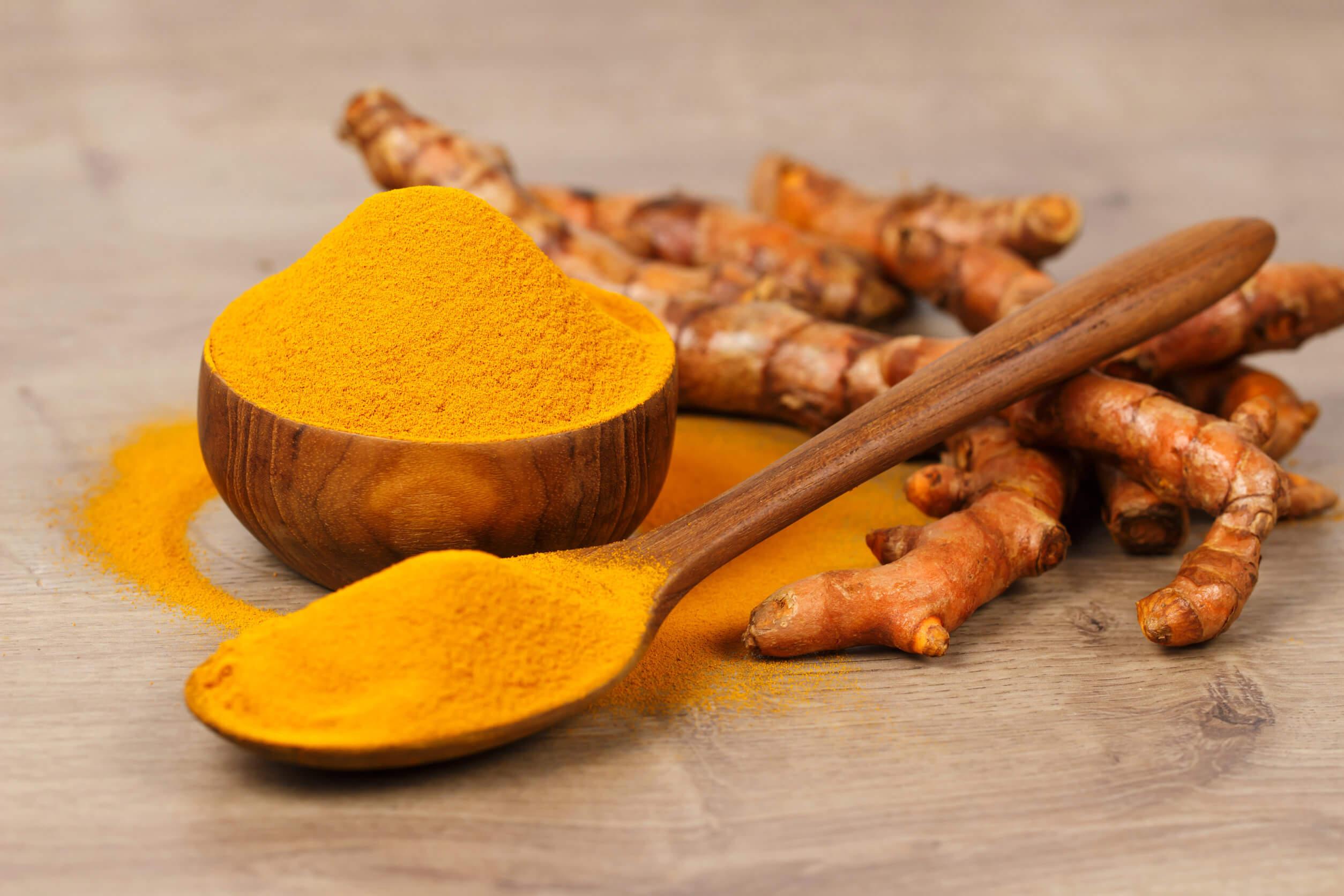Tratamiento de cúrcuma, miel de abejas y leche