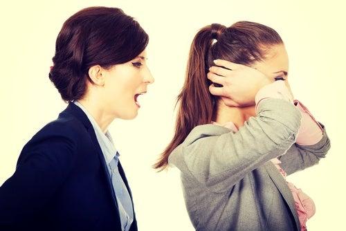 Mujer gritando a otra