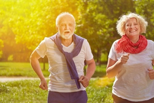 Pareja de edad avanzada practicando ejercicio