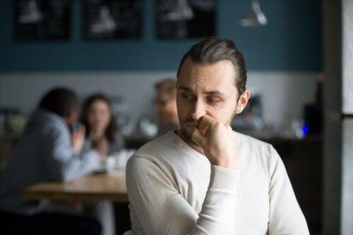 Hombre con timidez