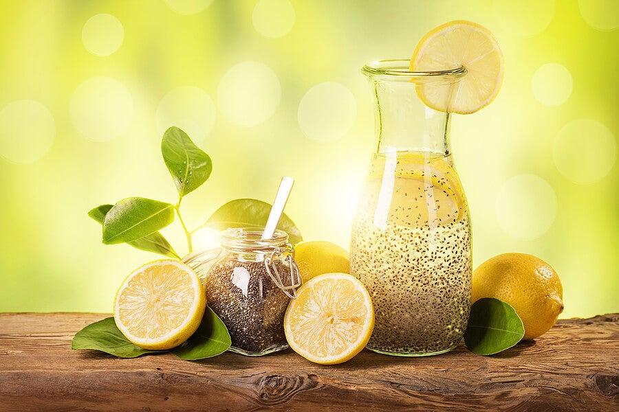 Jarra y vaso con limonada de semillas de chía.