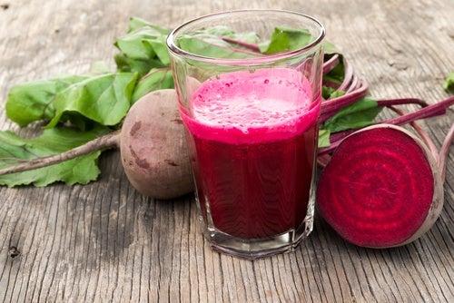 Descubre los beneficios que obtiene tu cuerpo cuando tomas jugo de remolacha