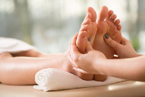 Las propiedades de los masajes en los pies