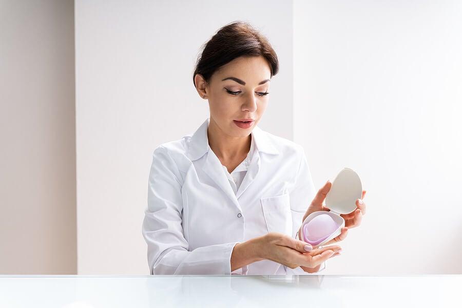 Médico ginecólogo explicando el método diafragma