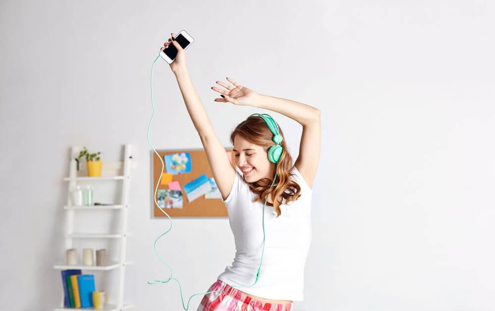 Mujer bailando para quemar calorías