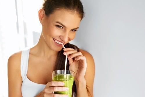 mujer bebiendo un batido depurativo