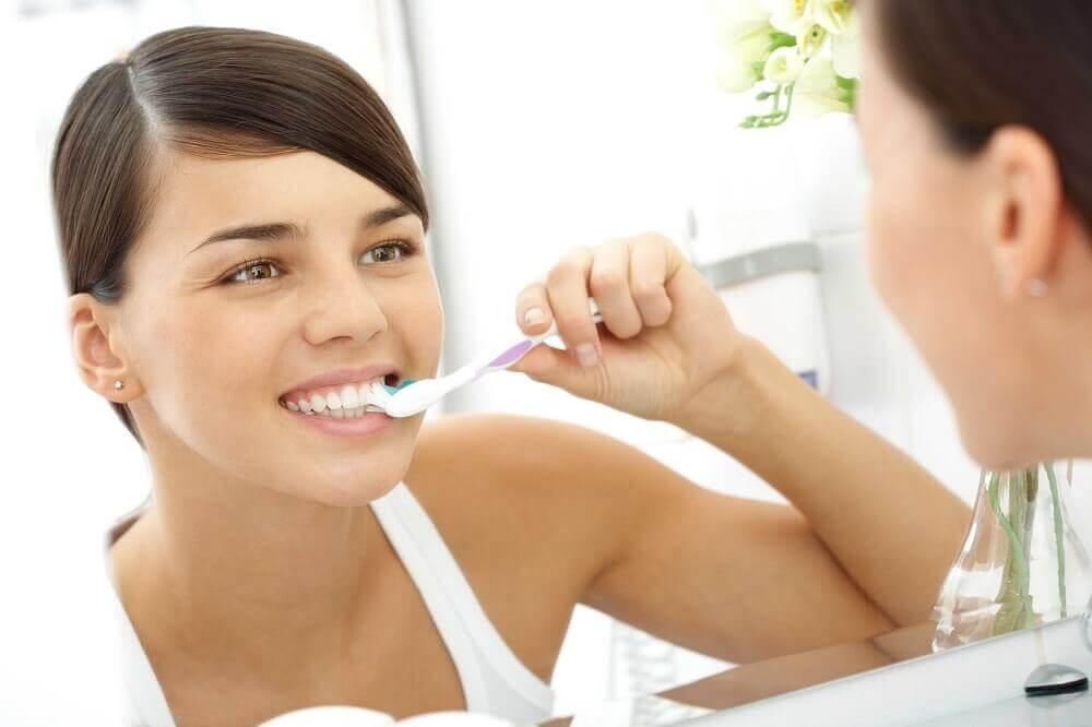 Cepillar los dientes al menos dos veces al día