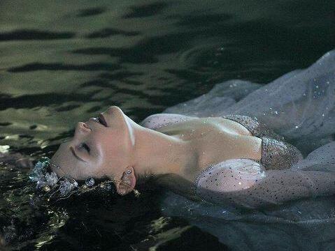 mujer-en-el-agua sufriendo por todas las traiciones recibidas