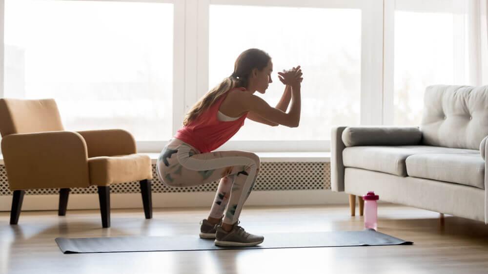 Los ejercicios de sentadillas ayudan a definir muslos y glúteos