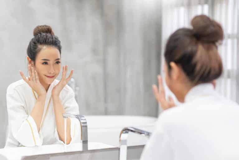 ¿Cuándo nos conviene lavar el rostro con agua fría o caliente?
