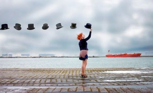 mujer-sujetando-sombreros