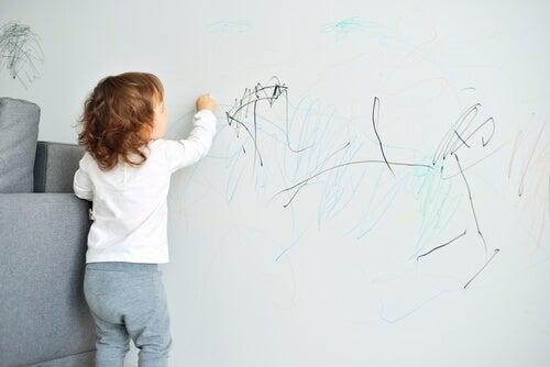 Niño pintando en la pared