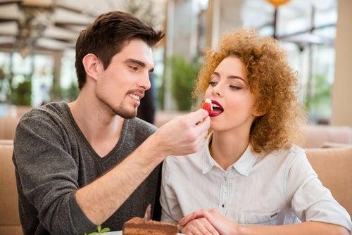 pareja con tarta de fresa