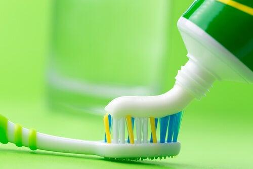 La pasta de dientes puede ayudarnos a limpiar la plancha de manera sencilla.