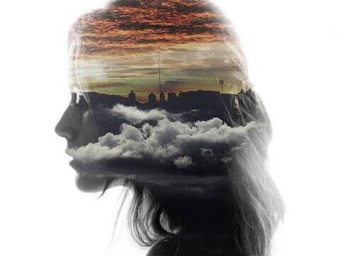 Mujer con nubes en la cabeza simbolizando la memoria