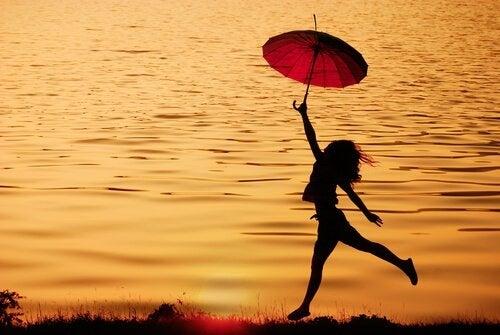 mujer-con-paraguas-rojo