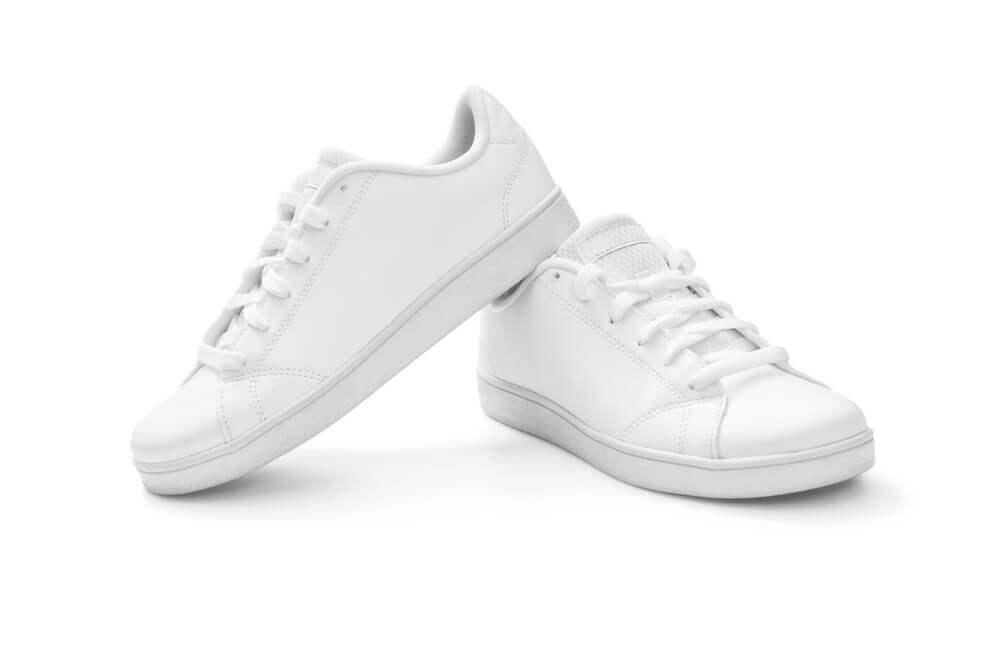 Usa calzado cómodo para cuidar la salud de tus piernas.