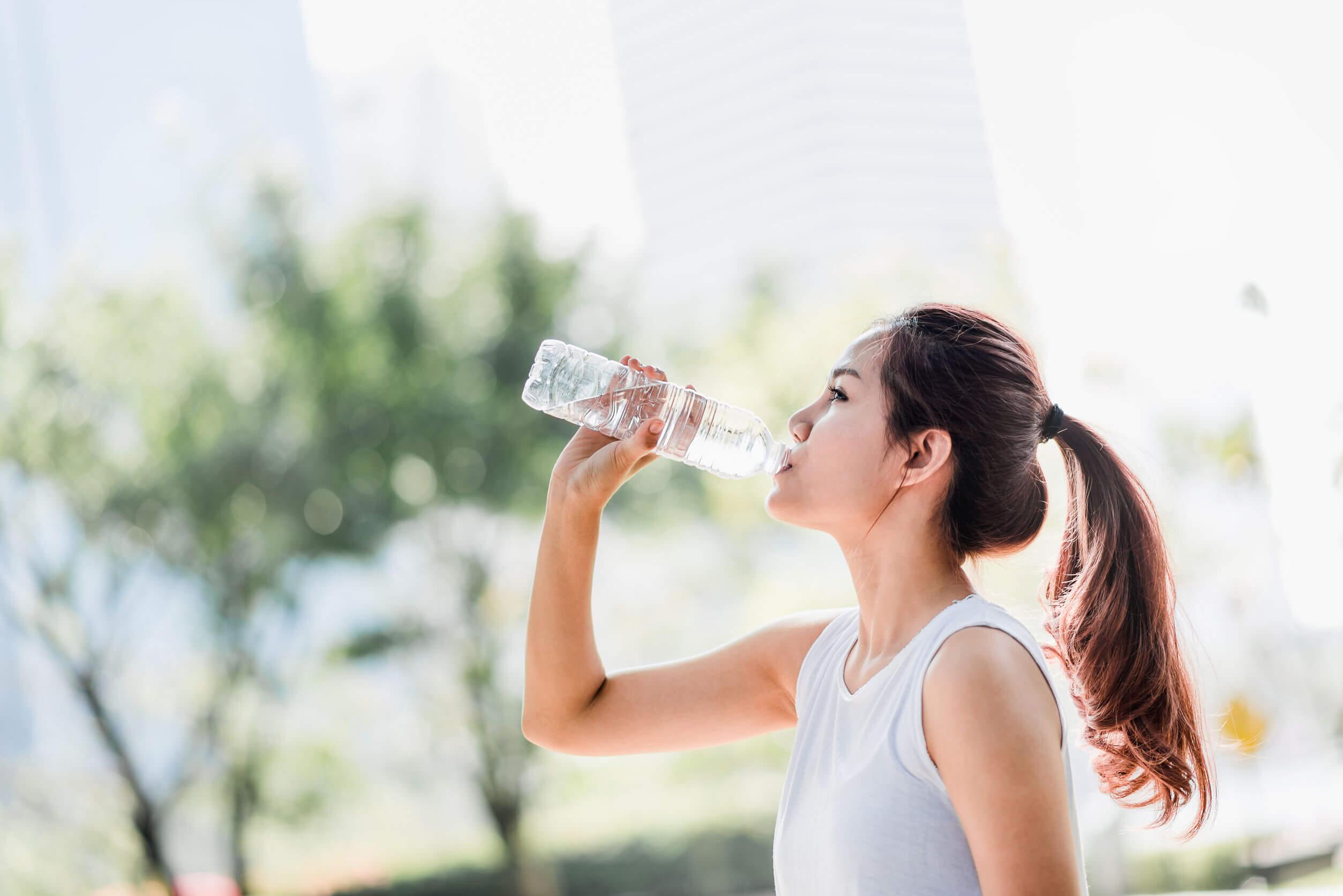 Tomar agua durante el ejercicio es vital.