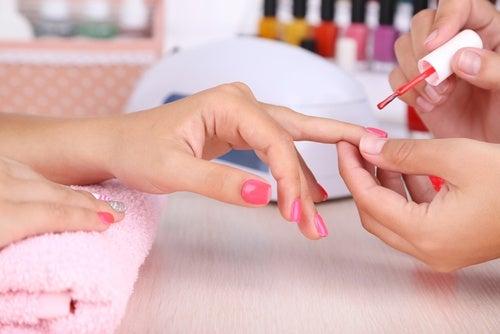 Aplica capas delgadas de esmalte