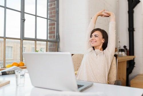 Cambiar de postura o hacer estiramientos