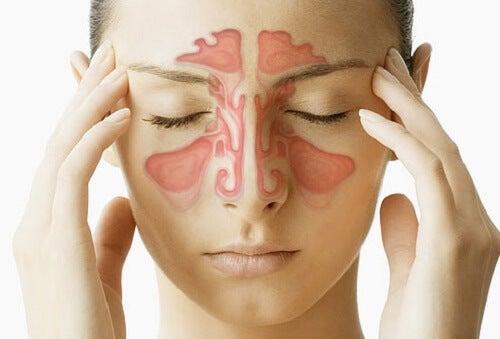 Mujer que padece congestión nasal