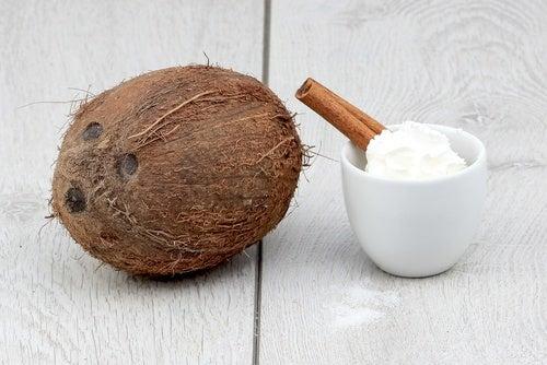 Aceite de coco para estimular el cabello.