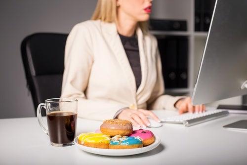 Ingerir alimentos mientras trabajas