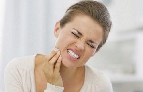 Razones por las que te duelen los dientes