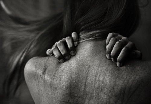mujer-sufriendo