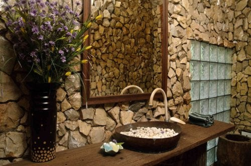 Decorar el baño con materiales naturales